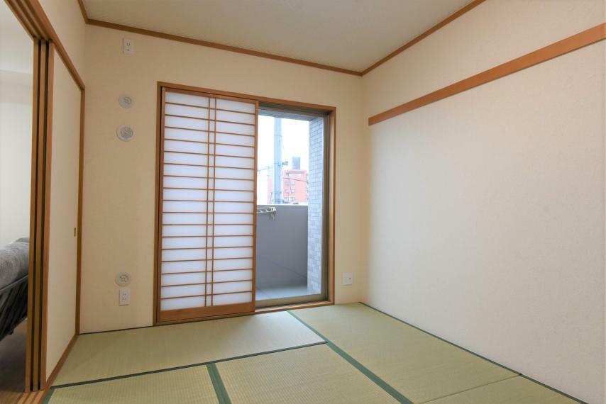 和室 バルコニーに面した明るい室内。