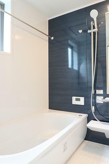 浴室 1坪サイズの浴室はTOTOの設備を採用。魔法びん浴槽やお手入れが楽で断熱性に優れた「ほっカラリ床」で快適なバスタイム。嬉しい浴室乾燥機も付いています。
