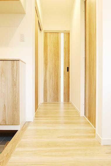 玄関からキッチン、ファミリークローゼット、リビングと繋がっています。