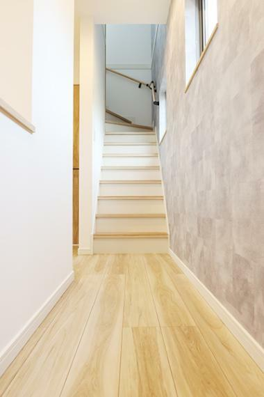 階段に繋がる廊下は明るい印象です。