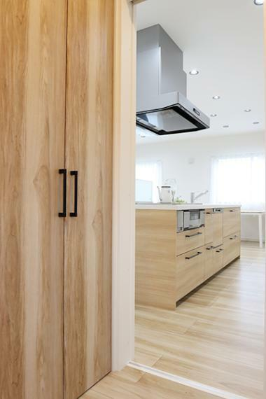 ホールからLDKを回遊できる動線で家事の効率も上がります。