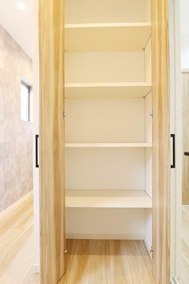 収納 キッチン横には物入があり、日用品がスッキリと片付きそうです。