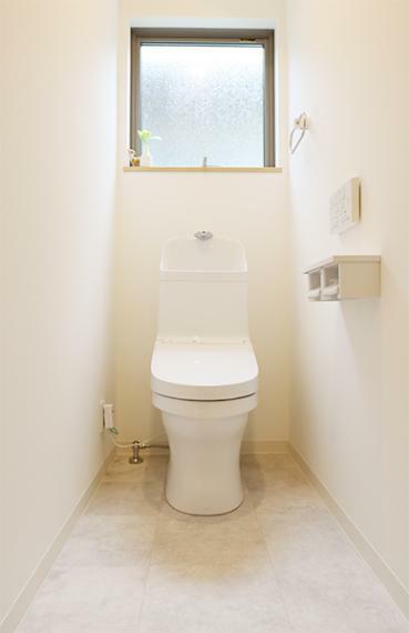 トイレ 水回り設備はTOTO製を採用しております。汚れが付きにくく落ちやすい便器と継ぎ目のない便座でお掃除しやすいトイレです。手洗い鉢はお子様でも届きやすい80cmの高さです。