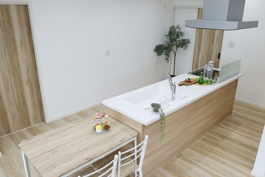 ダイニングキッチン 広い作業スペースなのでお料理の幅が広がります。