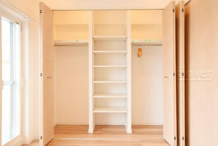 収納 クローゼット 便利な可動棚付き