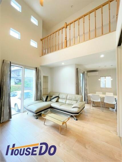 居間・リビング 明るく開放的な空間が広がる、キッチン・ダイニング・リビング。室内には豊かな陽光が注ぎ込み、爽やかな住空間を演出。