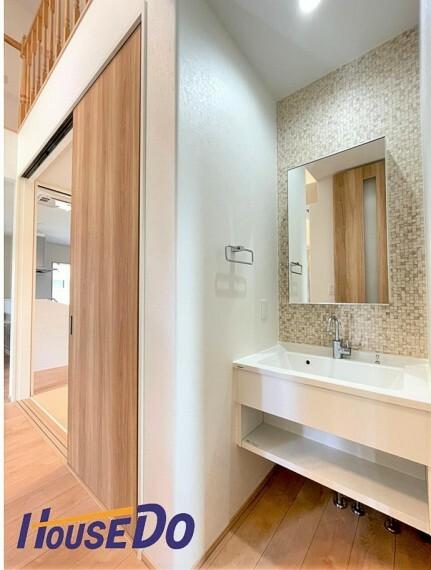 洗面化粧台 玄関入ってすぐ洗面台があります!コロナ対策として帰ってすぐに手洗い・うがいができるのはうれしいですね!