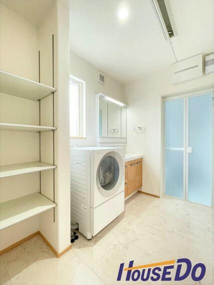 洗面化粧台 三面鏡が付いた洗面台はお掃除やメンテナンスが楽です。ドラム式の洗濯機を配置しても十分なスペースを確保した設計となっております。