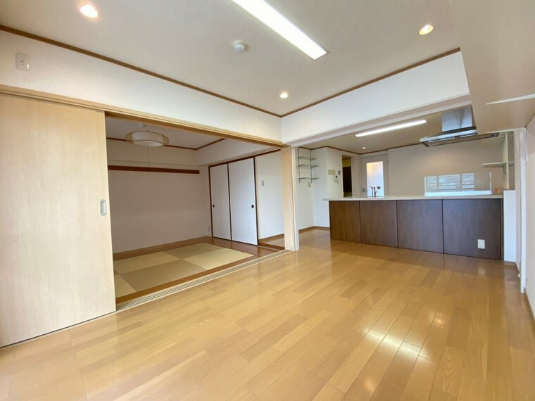 居間・リビング 広めのリビングには大きめの窓がありお部屋を明るく照らしてくれます。ご家族でゆったりくつろいで頂ける空間になっています。