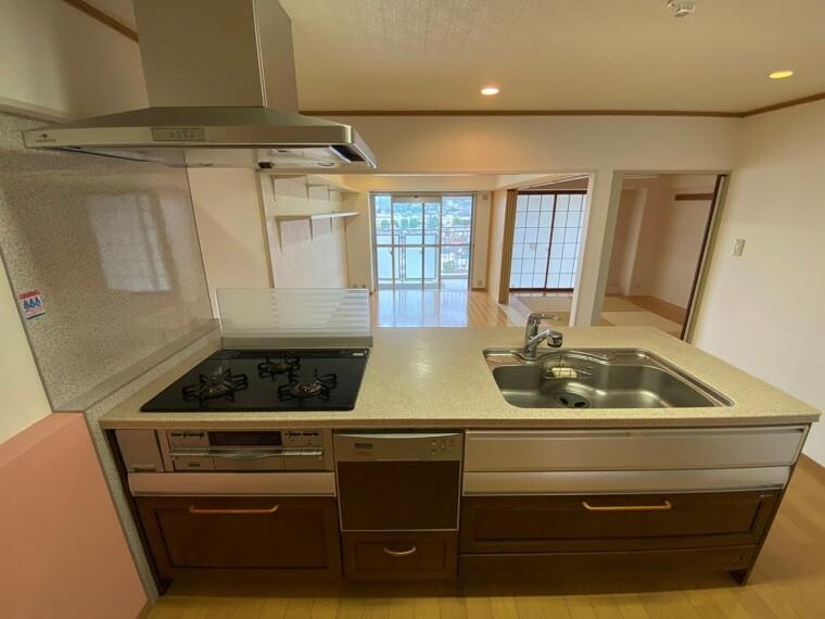キッチン 収納もたくさん付いた使い勝手のいい対面型のカウンターキッチンです。食器洗浄機能付きで日々の洗い物作業が軽減できます。