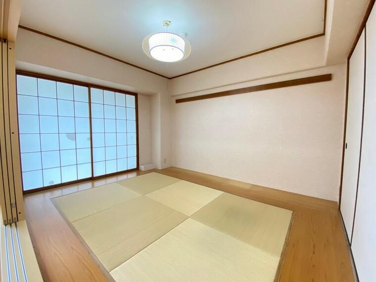 和室 約6帖の和室です。 洋風と和風が融合したような雰囲気で、客間やお子様の遊び場にもってこい!