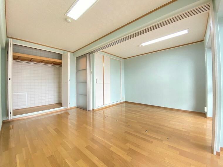 洋室 約10帖の洋室です。 お部屋に間仕切りがございますので、1部屋としても2部屋としてもお使い頂けて便利!