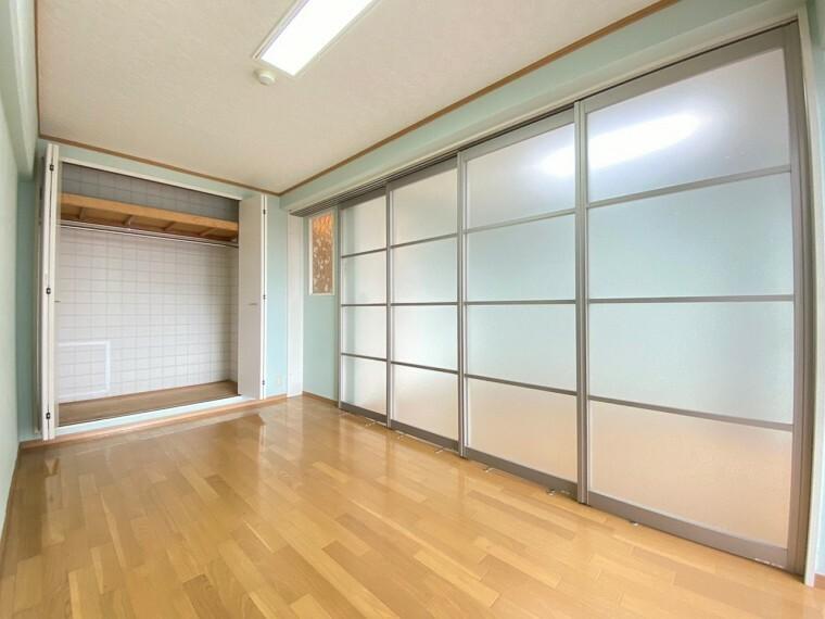 洋室 間仕切りをした約5.6帖の洋室です。 大きめのクローゼット付きで、収納家具に生活スペースが圧迫されません。