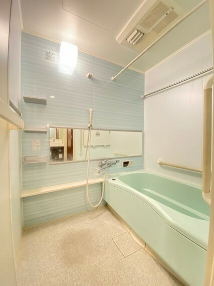 浴室 明るめでシンプルなバスルームです。 浴室乾燥機能付きで雨の日のお洗濯物も乾かすことが出来ます!