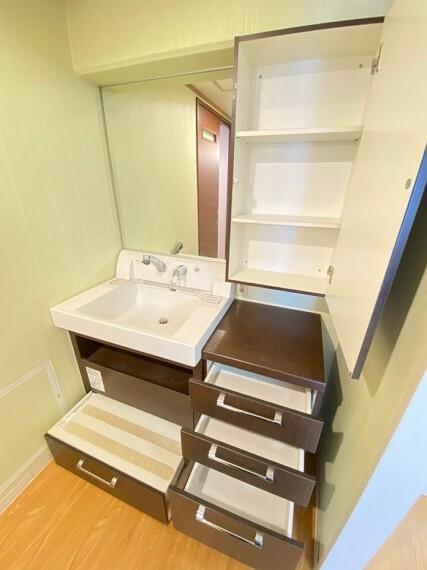 洗面化粧台 鏡前の下の段は踏み台になりますのでお子様の歯磨きや洗顔などにお使い頂けます。