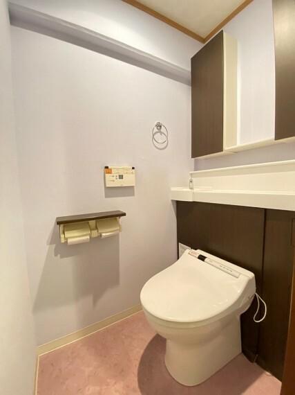 トイレ 温水洗浄機能付きのトイレです。 収納スペースも備えているので、掃除用具や消耗品もしまっておけます。