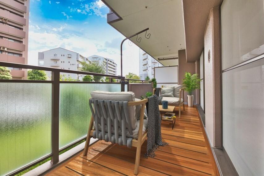 外観写真 *家具はCGレイアウトによるものです* お天気のいい日はバルコニーでお茶を楽しむのもいいですね。南に面しているので、陽当たり良好です。