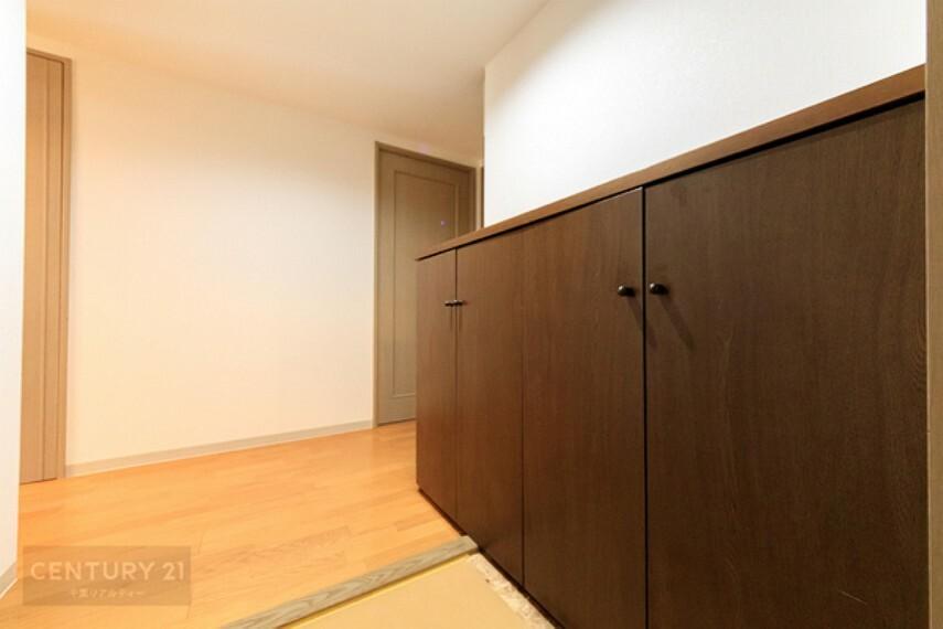 玄関 土間との段差が低く、安心な玄関ですね。シューズボックスもたっぷりと収納できて、玄関回りをスッキリと片づけられますね!