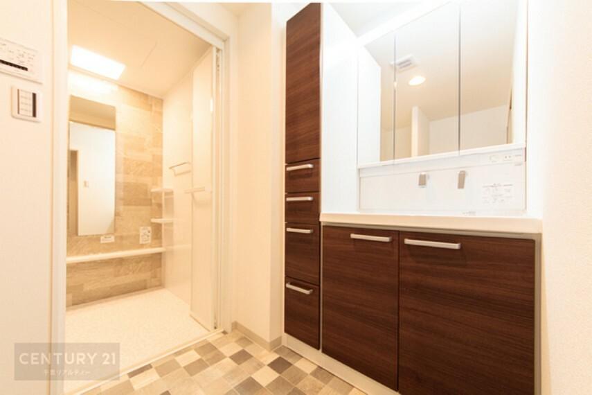 洗面化粧台 収納力たっぷりの洗面台です。タオルや洗剤などたくさん収納しておけますね! 脱衣スペースも十分確保できますね。