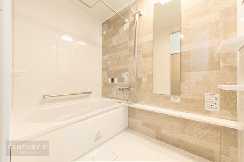 浴室 広々バスで一日の疲れをリフレッシュ。浴槽にもゆったりと浸かれそうですね! 落ち着いた雰囲気でバスタイムが楽しくなりそうです。