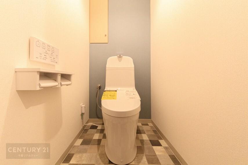トイレ 温水洗浄便座付きトイレになります。 オシャレな床の落ち着いた雰囲気ですね。収納棚もございます。