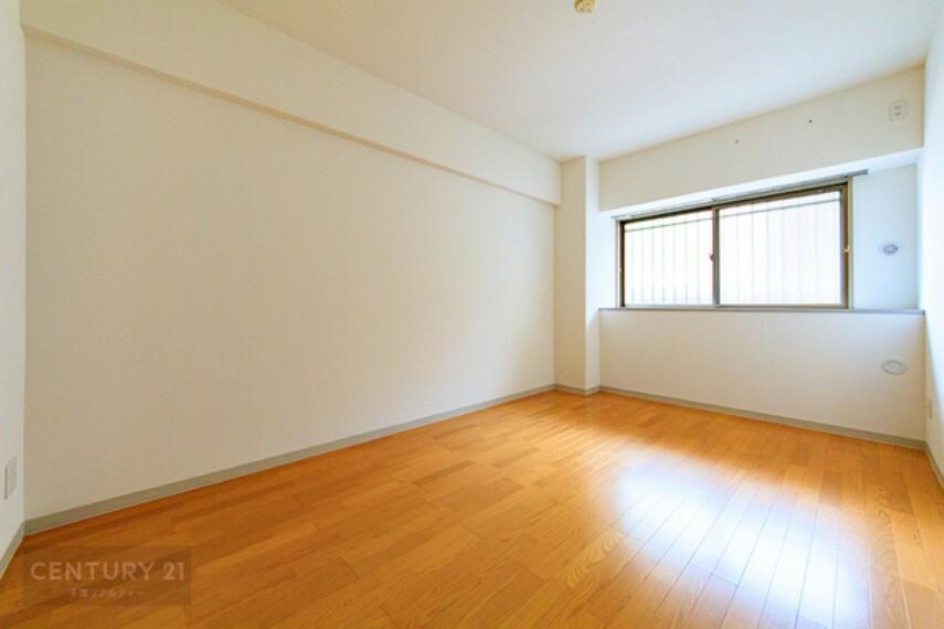 寝室 壁面が広く、窓も高い位置にあるのでベッドや家具の置き場所にも困りませんね!