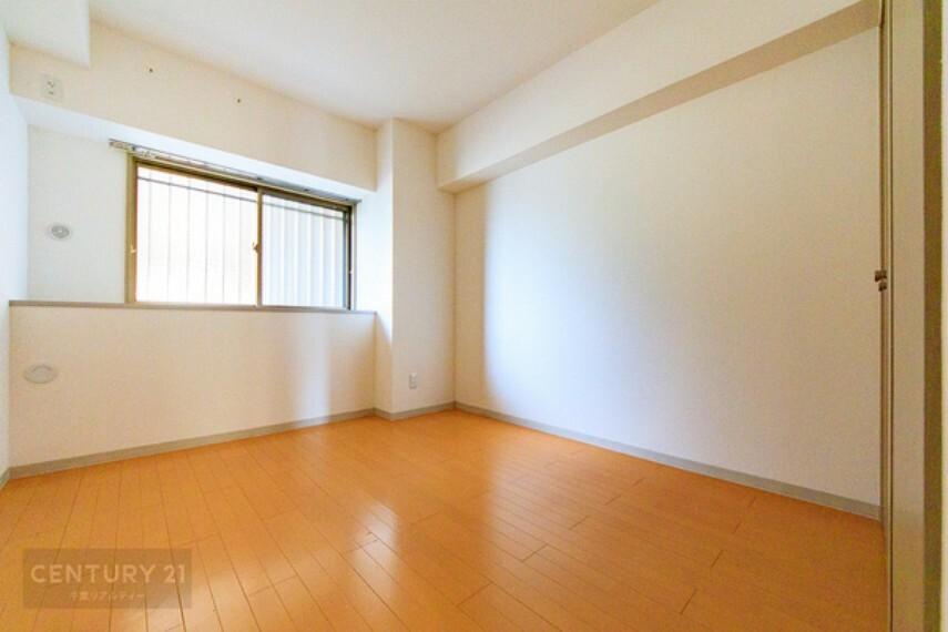 子供部屋 優しい光が差し込むお部屋で、朝の目覚めが気持ちよさそうですね。家具の配置を考えただけでワクワクします。