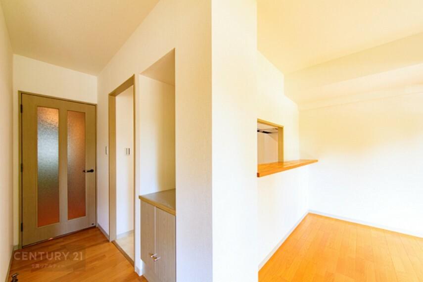 居間・リビング リビング側から見たキッチンにはカウンターがついているので、料理を運ぶのにとても便利ですね。