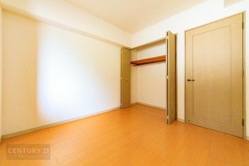 洋室 全居室収納スペース付き。洋服などスッキリと収納できて、お部屋を広々と利用できますね!