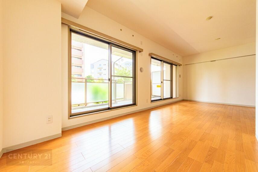 居間・リビング 大きな窓のあるリビングは、陽光あふれる明るい空間です。 居心地良く、ご家族皆がゆったり寛げる憩いの空間となりそうです。