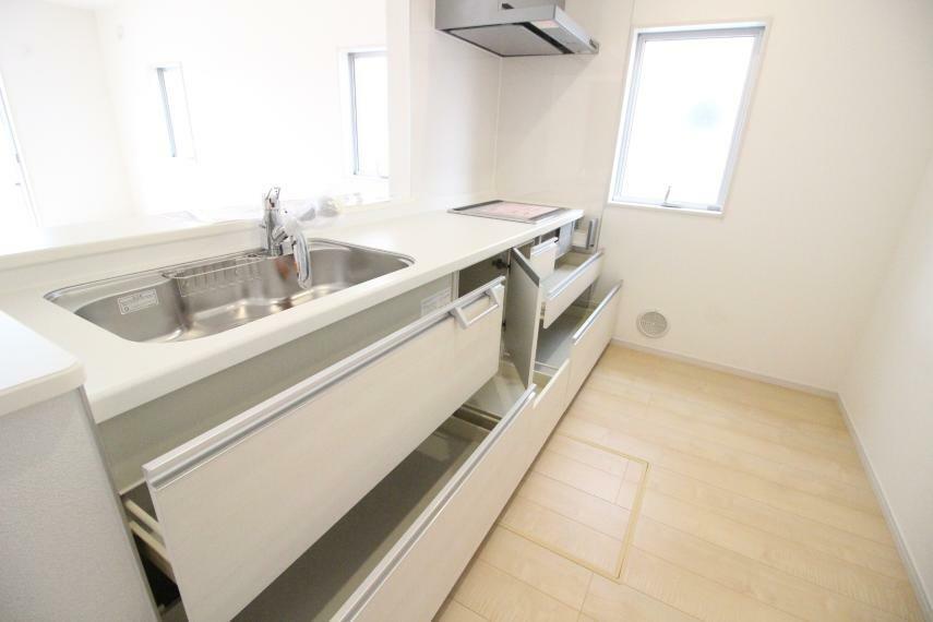 キッチン 収納もたっぷりありますのでとても使いやすいキッチンです 同社施工例