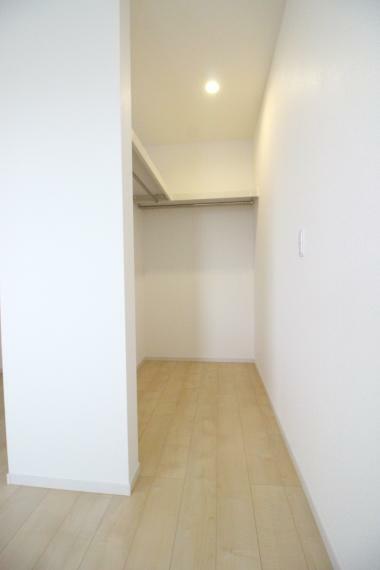 ウォークインクローゼット 寝室 8.0帖の寝室です ウォークインクローゼットがありますので収納に便利ですね 同社施工例