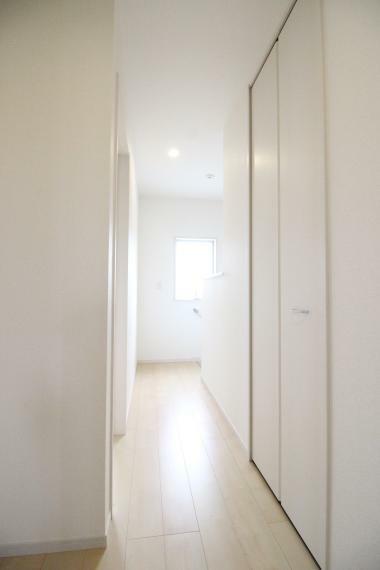 収納 2階共有スペースにもサービスルームがありますので便利ですね!バルコニーへの扉がありますのでお洗濯に便利で す! 同社施工例