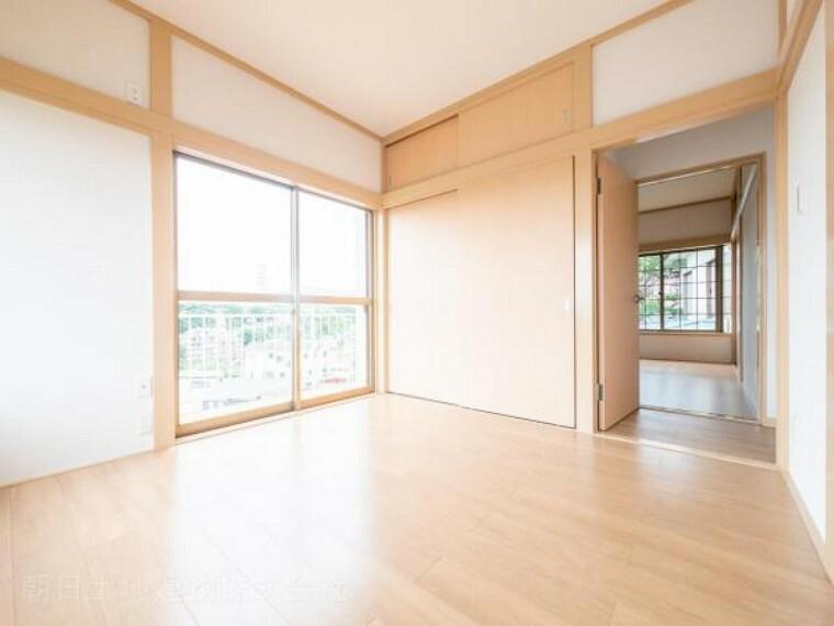 【洋室】2面採光の明るい居室 収納も完備