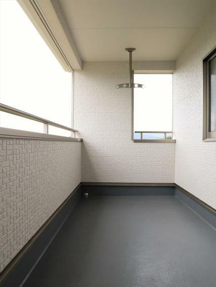 バルコニー 【同仕様写真】インナーバルコニー・天井直付物干金物付き