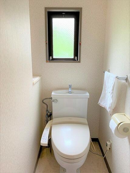 トイレには窓があり、明るく換気もしやすいですね。
