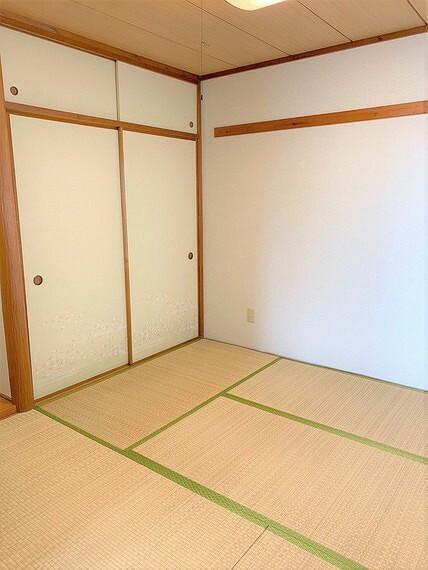客間としても重宝する和室には、収納力十分な押入あり