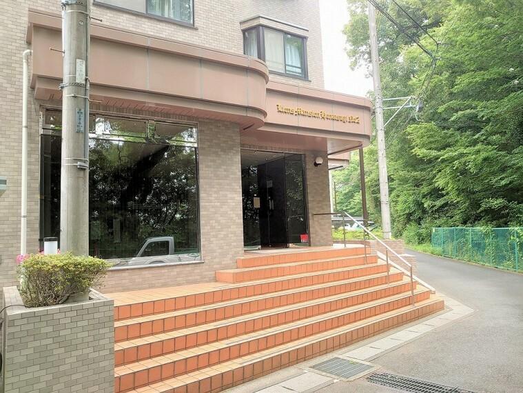 エントランスホール 総戸数34戸、RC造地上3階建の低層レジデンス