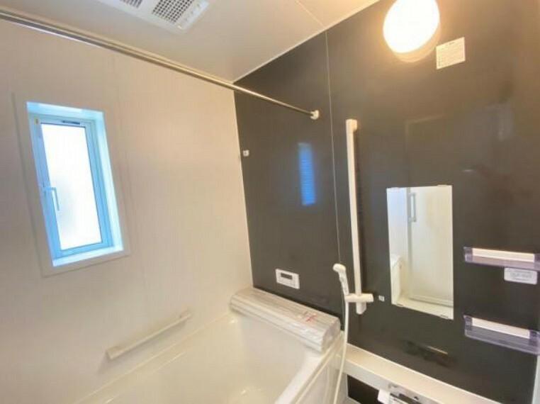 浴室 【浴室】家族みんなでワイワイ入れるお風呂!浴槽は保温に優れているので節水や光熱費の節約にもなる省エネ仕様です!