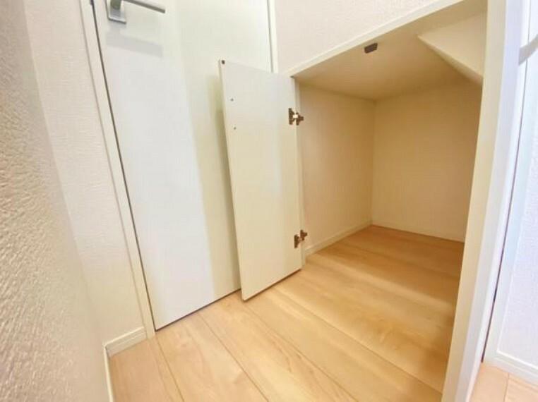 収納 <同仕様写真>窓付きの明るく換気もできる階段!手摺付きで家族みんな安心の設計です(^-^)