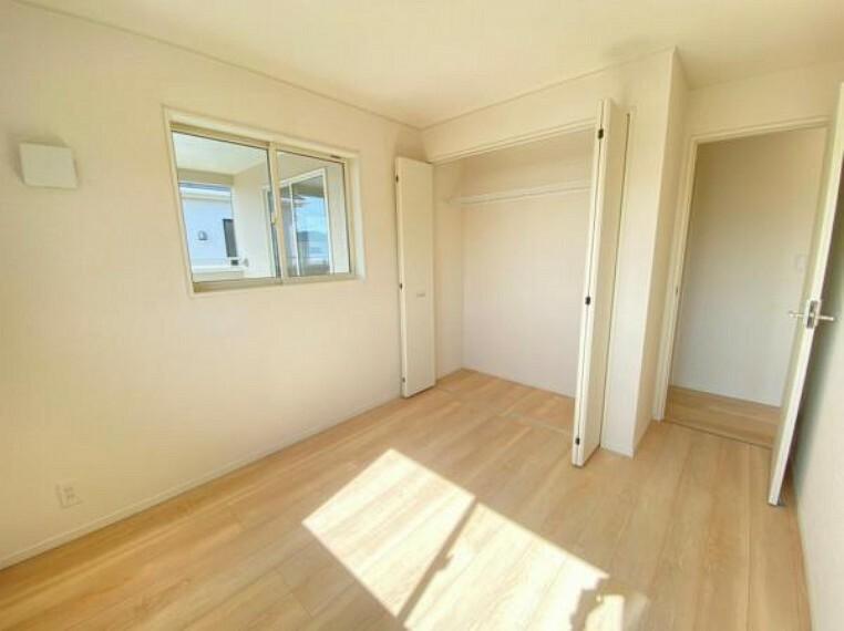 寝室 <同仕様写真>各部屋たっぷりと収納できるクローゼットを完備。お部屋を有効に広く使うことができますね!