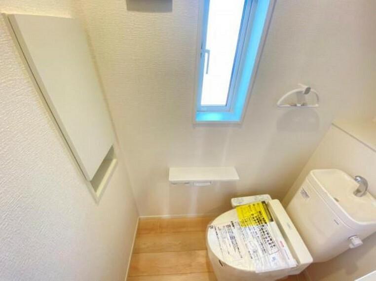 トイレ <同仕様写真>ウォシュレット付き多機能トイレ。トルネード洗浄で少ない水でもしっかり洗浄でき汚れが付きにくく落ちやすい設計です。