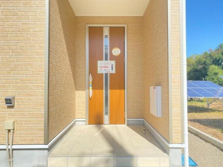 防犯設備 <同仕様設備>カードをハンドルに近づけるだけで開閉が出来るカードキーシステムを採用した玄関ドア!