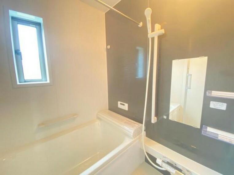 同仕様写真(内観) <同仕様写真>家族みんなでワイワイ入れるお風呂!浴槽は保温に優れているので節水や光熱費の節約にもなる省エネ仕様です。