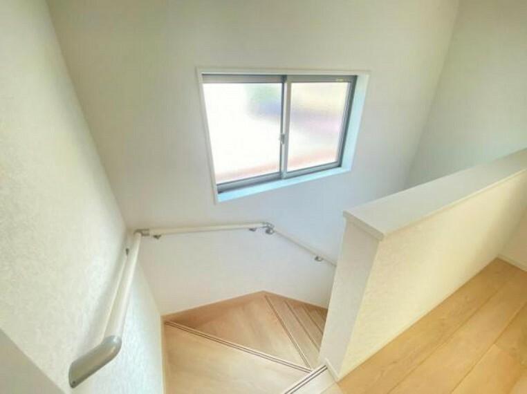 同仕様写真(内観) <同仕様写真>窓付きの明るく換気もできる階段!手摺付きで家族みんな安心の設計です(^-^)