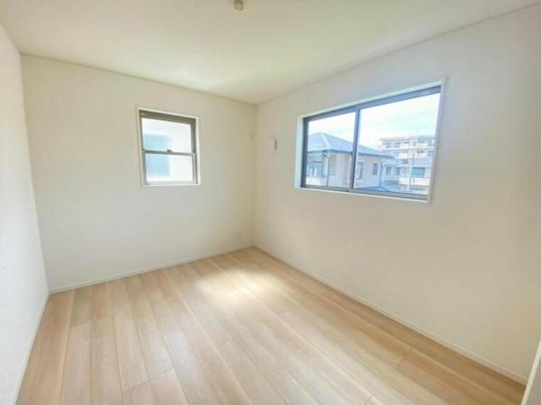 同仕様写真(内観) <同仕様写真>洋室は白が基調のデザインですので、お子様がそれぞれ自分の好きなお部屋にカスタマイズ!大人の趣味部屋としてもいいかもしれませんね!