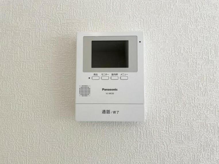 TVモニター付きインターフォン <同仕様設備>訪問者がひと目でわかるモニター付きインターホンを標準装備。お子さまのお留守番にも安心です(・ω・)