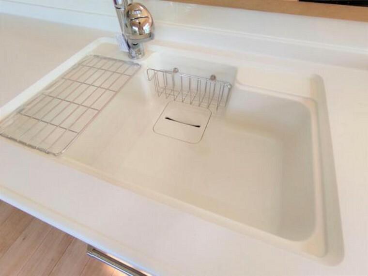 キッチン 【リフォーム済】新品交換したキッチンのシンクは汚れが付きにくく熱に強い人工大理石製です。天板とシンクの境目に継ぎ目がないのでお掃除ラクラク。キッチンをより清潔に保てます。