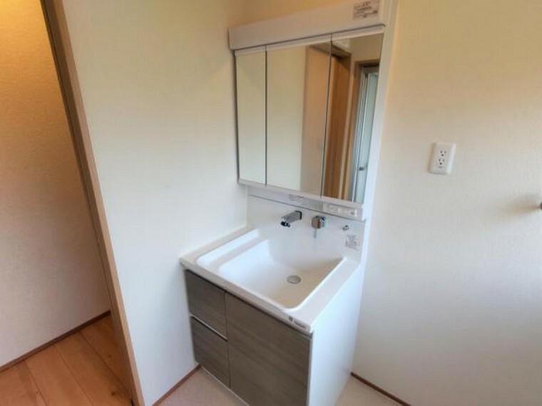 洗面化粧台 【リフォーム済】洗面化粧台はハウステック製の新品に交換しました。三面鏡の裏側はすべて収納になっています。洗面ボウルは底が平らなので、つけ置き洗いなどの家事でも活躍します。