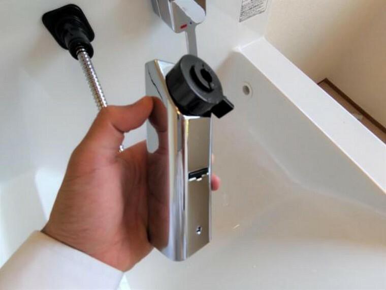 洗面化粧台 【リフォーム済】洗面台水栓は、伸縮するシャワーホースで水汲みやお手入れも簡単。水栓が壁面についているため、水たまりができず、汚れにくい構造です。